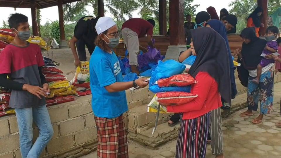 Kyai Milenial Berambut Pirang Bagikan 300 Paket Sembako